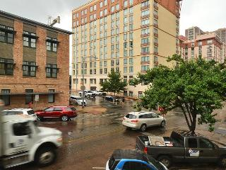 1BR Chic Downtown Austin Condo w/ Pool, Near Music, Eateries, Museums & More