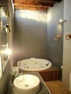 Baño del dormitorio familiar con hidromasaje.