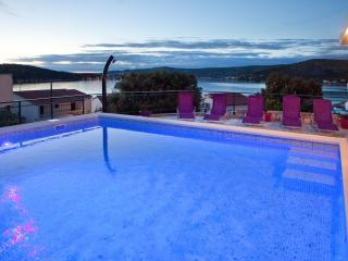 Apartment in villa with private pool  with a large terrace overlooking the sea, Razanj