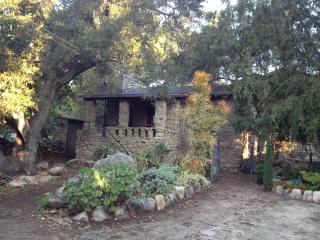 "Ojai ""Casa Piedra"" Garden Cottage - peaceful oasis"