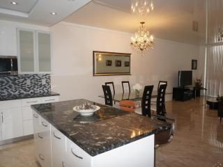 Penthouse Remodeled 2 Br +Den 17TH FL SUNNY ISLES