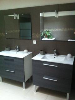 Salle de bain avec double vasque et douche