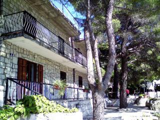 Three Pines Apartment Two, Okuklje