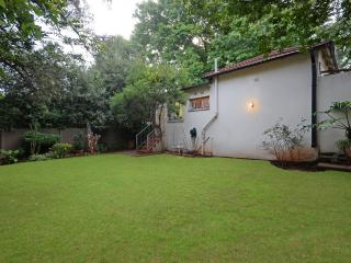Flatlet in Westene opposite park - two rooms, garden, secure parking, fun hosts!