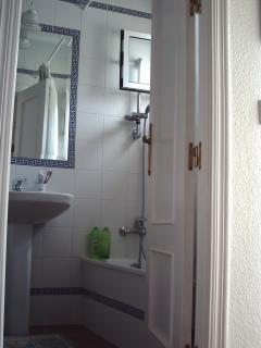 El cuarto de baño tiene cuatro piezas. Hay bañera, no plato de ducha. Es exterior