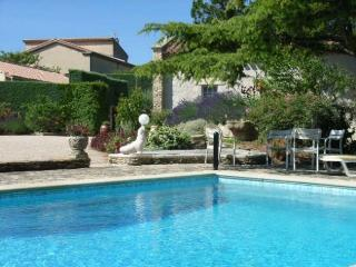 Spacious 5 bedroom villa near village of St. Saturnin les Avignon, property features private garden and swimming pool, Aviñón