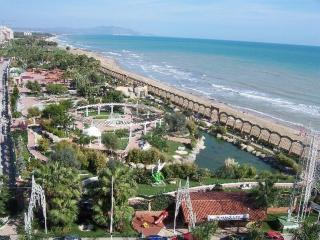 Apartamentos con gran piscina y jardin. Junto a la playa. Para familias. Ref. MA