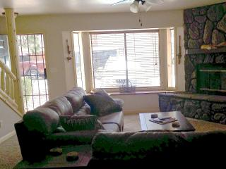 Gorgeous 2 story 2bd 3ba, knotty pine decor, private patio opens to Apahe Reservation/ Billy Creek, Pinetop-Lakeside
