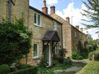 CAMPION COTTAGE, stone-built, woodburning stove, close to amenities, in Willerse