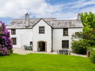 WESTROOSE FARM HOUSE, large enclosed garden, open fire, two sitting rooms, WiFi, Ref 912075, Camelford