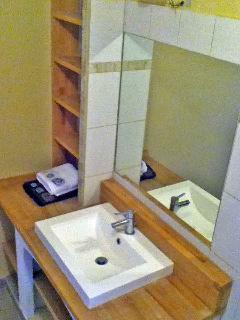salle de bains avec baignoire et douche a l'italienne, maison en provence, avec piscine, jardin