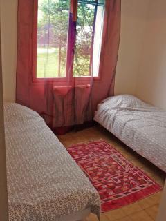 chambre avce 2 lits simples, maison en provence, avec piscine privée, jardin
