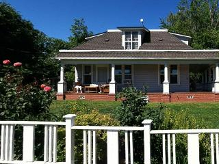 Conveniently located, pet-friendly home with porch!, Hood River
