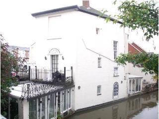 Canal House Villa - Right On the Water's Edge! Get Cosy with Special Offer!, Leamington Spa