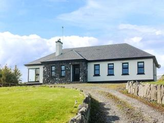MULROCK WEST HOUSE, ground floor, en-suite, WiFi, lawned garden, near Ballinderreen, Ref 913347