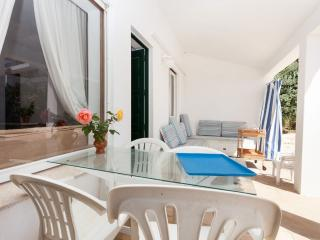 **LAST-MIN DEALS** Quirky family apt with large sea-facing patio