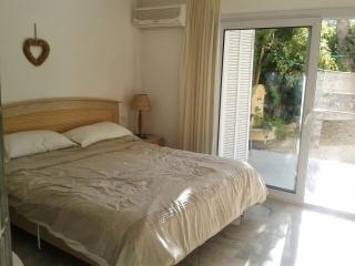 Beautiful spacious apartment ..huge garden area, Portals Nous