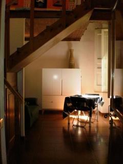 Monolocale Mirto: il soggiorno e la scala