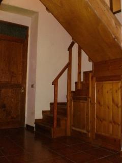 Monolocale Mirto:la scala con la porta d'ingresso