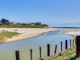 Dog-friendly home w/deck; ocean views; fenced yard, Santa Cruz