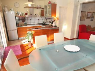 Lovely Modern Apartment near Trogir the UNESCO town, Okrug Gornji