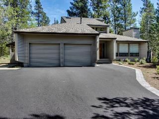 4BR home w/private hot tub; back yard; walk to marina, Sunriver