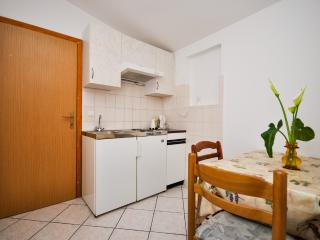Apartment and Rooms Ivan - 45191-A18, Makarska