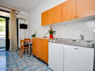 Apartment and Rooms Ivan - 45191-A8, Makarska