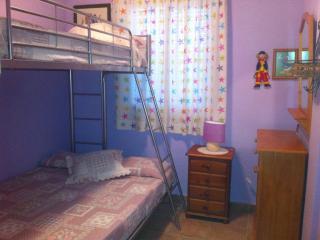2 dormitorio con litera, cama inferior de matrimonio y cama alta de noventa, también con armario emp