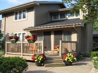 Short walk to the Beach *Bright & Modern* 3 bdrm Sleeps 10, Michigan City