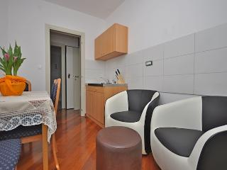 Apartment Nicole 2 near beautiful beach, Split
