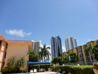 NEWLY UPGRATED,2BDRS ACROSS THE BEACH,WITH BALCONY, Aventura