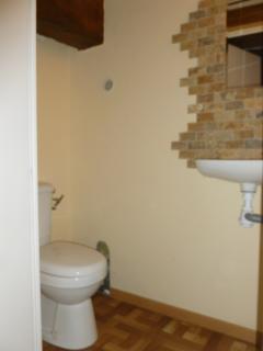 salle d'eau à l'étage, wc, lave mains et douche