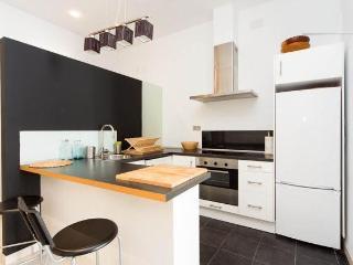 Cocina con muro a media altura y luces ambiente