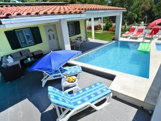 Secluded & private house with pool- 200 from sea