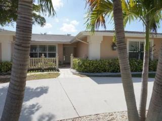 COPPER BEACH - SW Cape Coral 4b/3ba electric heated pool home, gulf access canal, Boat Dock and Lift 7000 lb which can be used for a Rental Boat, HSW Internet,