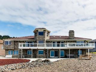 Oceanfront, dog-friendly home w/ hot tub and amazing views, Newport