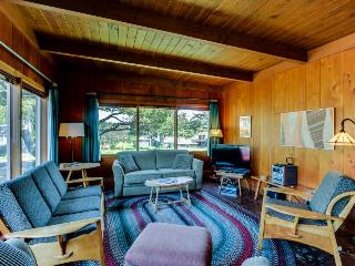 3BR cottage w/fireplace, Ping-Pong - walk to beach, Gearhart
