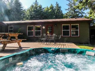 Dog-friendly home w/hot tub, game room, basketball court! Short drive to beach!, Waldport
