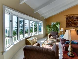 Ocean & river front with hot tub, views, pet-friendly!, Yachats