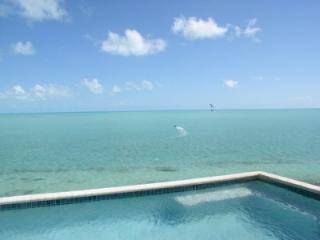 Villa Kendara - Seafront Luxe Apartment, Five Cays Settlement