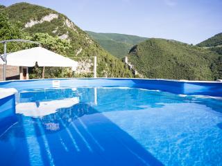 piscina con vista sulle rocche medioevali e sul museo delle mummie
