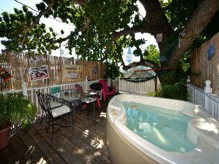 Traveler's Palm - Relaxing Tree-Top Suite w/ Private Hot Tub & Hammock, Key West