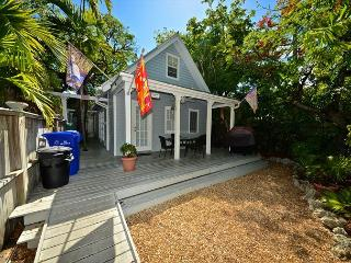 SOUTHERN CROSS @ TROPICAL VILLAGE - Beautifully Updated Home w/ Shared Pool., Key West