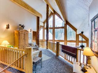 Welcoming and spacious cabin w/ community pool, hot tub, tennis, and sauna!