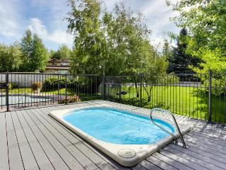 Welcoming condo w/ shared pools, hot tub, sauna, tennis & more!