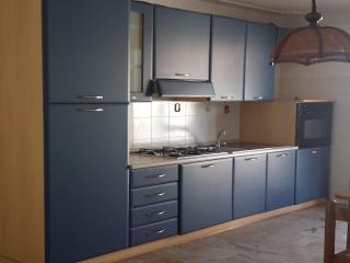 Cucina con forno, frigorifero e congelatore - kitchen with fridge and oven