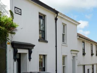 3 BELLE COTTAGE, WiFi, king-size zip/link double bed, decked courtyard with furn