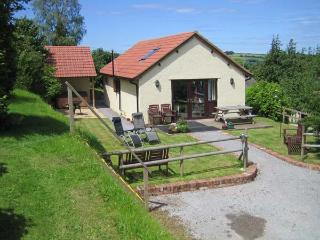 WALNUT COTTAGE, barn conversion, all ground floor, hot tub, parking, garden, in Washford, Ref 913786