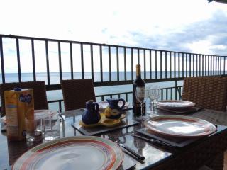 Seafront Sleeps 9 with AirCon, Fuengirola